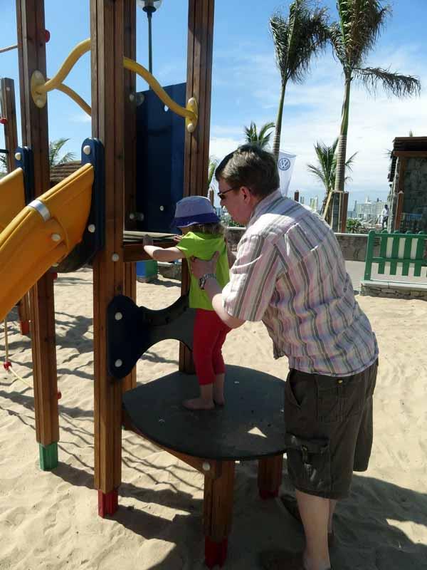 Isi auttoi ipanan kapuamaan ylös (ei ollu noita tikkaita ihan suunniteltu kääpiöille).