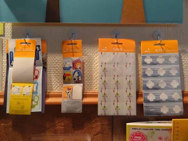 Ja loppuun vielä mun oma innovaationi! Postimerkit on aina olleet vähän hunningolla, yhdessä pinossa nuo arkit ja saa aina kaivella missä välillä on mitkäkin merkit. Nyt ne on tuossa työpöydän vastapäisellä seinällä helposti saatavilla tuollaisilla tarrakoukuilla kiinni! Samanlaisella koukulla on kalenterikin seinässä - ei tartte tehdä reikiä! :)