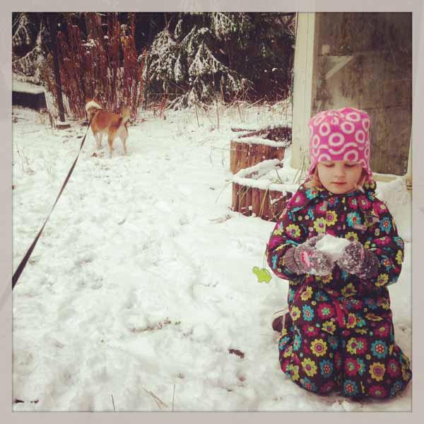Ennen kun sain lapsen hoitoon, piti hiukan leikkiä pihalla lumessa. :)