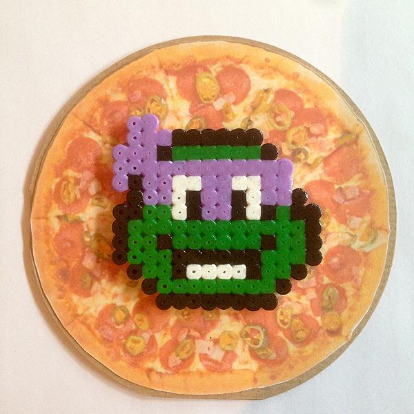 Äiti tilasi multa Turtles-kortin, joten tein pyöreän pizzapohjan, jonka päälle hamahelmiturtles. Toi violetti oli lapsena mun suosikki, siksi päädyin häneen. :)