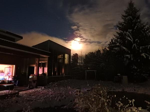 En tajua mistä tää kuva sai valoisuutensa, mutta kuusta kai. Kun pimeää ulkona todellakin oli. :)