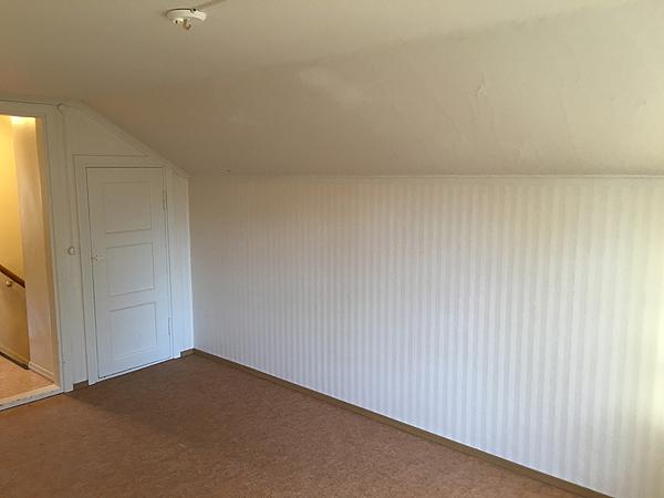 Tää huoneen katto tuo hiukan haasetta sisustushommeleille, mutta on meillä jo ehkä toimiva suunnitelma. :)