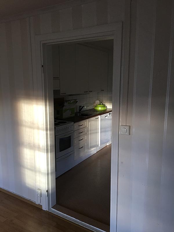 Työhuoneolkkarista pääsee keittiöön.