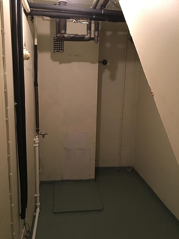Tässä on se vanha pannuhuone, jossa on pesukoneliitäntä. Tänne tulee pesukone, kuivausrumpu, arkkupakastin ja mitä sitten keksitäänkin.